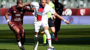 L'attaquant du Paris-SG, Kylian Mbappé (d), aux prises avec le milieu ivoirien de Metz, Habib Maiga (g), lors du match de Ligue 1 sur la pelouse de Metz, le 24 avril 2021