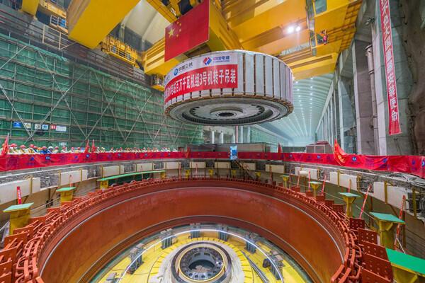 白鹤滩水电站百万千瓦机组转子吊装场景,吴豪强摄