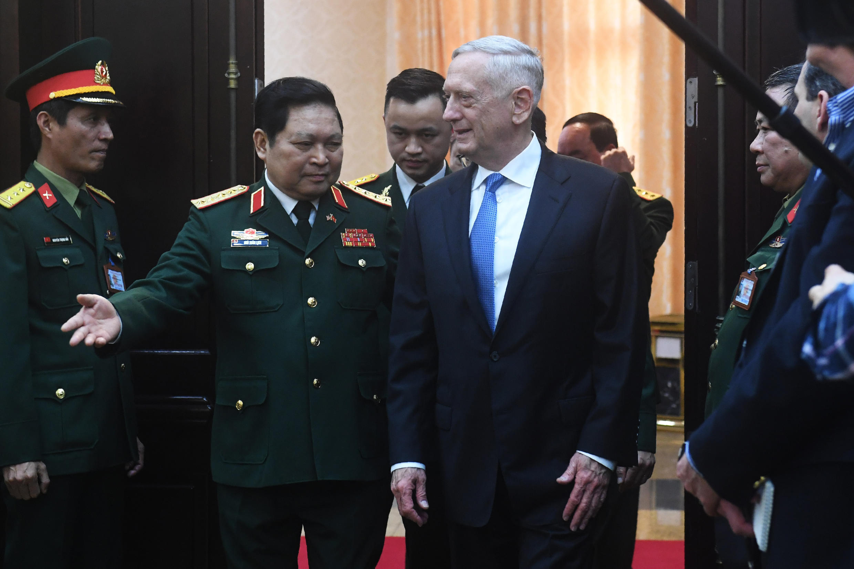 Bộ trưởng Quốc Phòng Việt Nam Ngô Xuân Lịch (T) tiếp đồng nhiệm Mỹ James Mattis, Hà Nội, ngày 25/01/2018