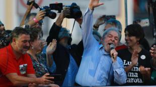 Lula, ao lado de Dilma, durante discurso em Porto Alegre, poucas horas antes do julgamento.