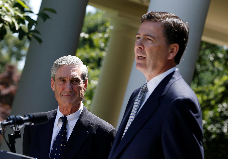 លោកRobert Mueller (ឆ្វេង) នៅពេលផ្ទេរតំណែងប្រធានFBI ទៅឲ្យលោក James Comey tại Nhà នៅខែមិថុនា ឆ្នាំ ២០១៣