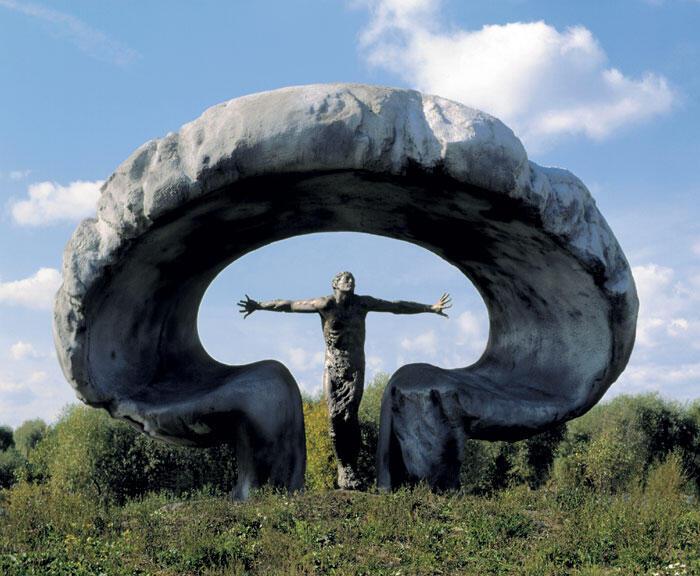 """Андрей Ковальчук. Мемориал """"Жертвам Чернобыля"""". Архитектор В. Кореи. Москва. Бронза, гранит, бетон. Высота 750 см. 1993 г."""