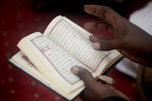 Un homme lit le Coran dans une mosquée de Nairobi, le premier jour du ramadan, en 2018.