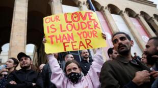 Участница протеста в Тбилиси с плакатом «Наша любовь сильнее вашего страха», 12 мая 2018 г.