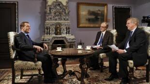 Dimitri Medvedev concede entrevista para jornalistas franceses, antes de visita de dois à França