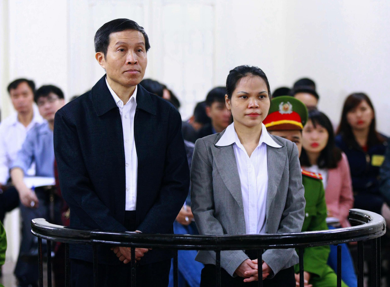 Blogger Nguyễn Hữu Vinh (T) và cộng sự Nguyễn Thị Minh Thúy (P), tại phiên tòa ở Hà Nội, ngày 23/03/2016