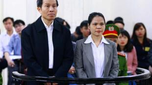Blogger Anh Ba Sam  Nguyễn Hữu Vinh(trái), và  bà Nguyễn Thị Minh Thúy, trước Tòa Án Hà Nội  ngày 23/03/2016.