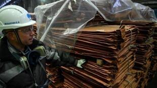 Foto tomada el 25 de febrero de 2021, muestra a un obrero chequeando láminas de cobre en la Kola Mining and Metalurgical Company (Kola MMC), una unidad de la empresa rusa de metales y minería Nornickel, en la ciudad de Monchegorsk, en la región de Murmansk.