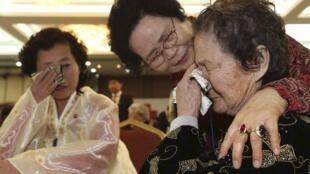 Hình ảnh thân nhân các gia đình ly tán hai miền Nam-Bắc Triều Tiên hội ngộ hôm 23/02/2014.