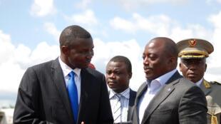 Le président congolais Joseph Kabila (d) à son arrivée à l'aéroport de Mavivi, lors de sa visite à Beni, le 29 octobre 2014.