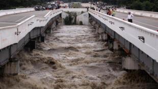 Le pont Swar Creek, endommagé par les pluies torrentielles sur la route reliant Rangoun et Mandalay, le 29 août 2018.