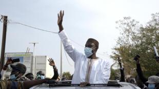 Jagoran 'yan adawar Senegal Ousmane Soko na mika gaisuwa ga magoya bayansa a kan hanyarsa ta zuwa kotu a Dakar