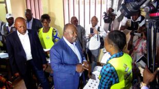 Ali Bongo Ondimba lors du vote à l'élection présidentielle à Libreville, le 27 août 2016.