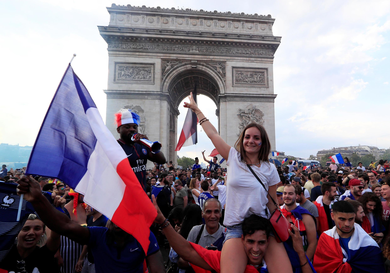 На Елисейских полях после победы Франции 15 июля 2018.