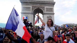 Scène de liesse sur les Champs-Elysées, après la victoire des Bleus en finale de la Coupe du monde, le 15 juillet 2018.