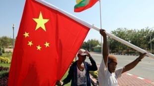 Des employés mettent en place un drapeau chinois en vue de la visite du président Xi Jinping dans le pays, le 16 janvier 2020 à Naypyitaw.