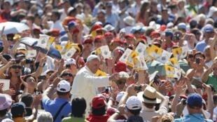 Papa Francisco benze fiéis na Praça São Pedro, no Vaticano.