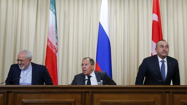 Ngoại trưởng Nga Sergei Lavrov (giữa), đồng nhiệm Thổ Nhĩ Kỳ Mevlut Cavusoglu (phải) và đồng nhiệm Iran Mohammad Javad Zarif, trước họp báo, Matxcơva, 20/12/2016.