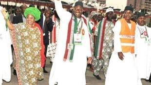 Shugaban Najeriya Goodluck Jonathan da matar sa Patience da kuma Gwamnan Bauchi Isa Yuguda ke amsa gaisuwa daga magoya bayansa a wajen taron jam'iyyar PDP da aka gudanar a Abuja.