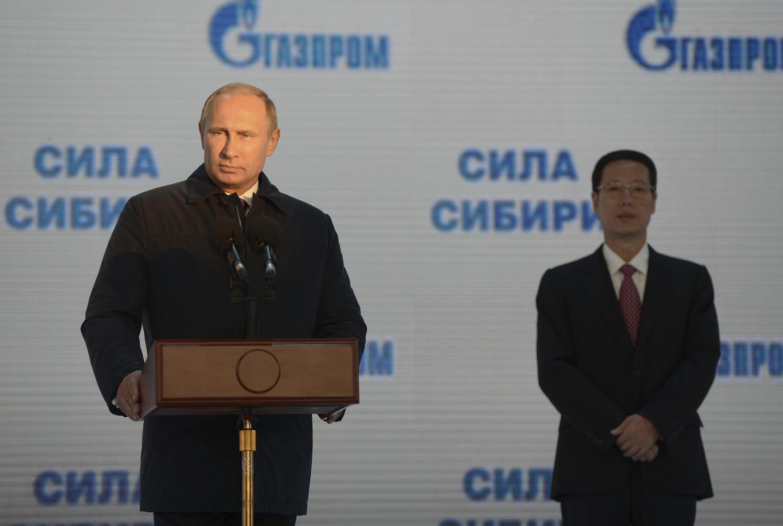 """Tổng thống Nga Vladimir Putine (T) và Phó Thủ tướng Trung Quốc Trương Cao Lệ (Zhang Gaoli) tại lễ khởi công xây hệ thống ống dẫn khí """"Sức mạnh Siberia, tại Khatyn, 01/09/2014"""""""