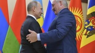 Суровый приговор авторам «Регнума» мог подпортить наступившее затишье в белорусско-российских отношениях, но и отпустить просто так подсудимых Минск не мог. На фото: Владимир Путин (слева) и Александр Лукашенко, 26 декабря 2017.