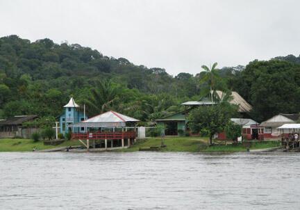 Villa Brasil, village de la rive brésilienne, en face de Camopi, là où l'ex-maire condamné a indiqué qu'il récupérait les denrées pour les sites clandestins de Guyane.