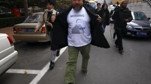 Ngải Vị Vị ra khỏi sở thuế tại Bắc Kinh, sau khi đóng tiền thế chấp ngày 16/11/2011.