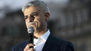 Le maire de Londres Sadiq Khan à Trafalgar Square à Londres lors de la projection gratuite du film «Le Client» de l'Iranien Asghar Farhadi, qui boycotte la cérémonie des Oscars pour dénoncer les restrictions d'entrée aux Etats-Unis décidées par D.Trump.