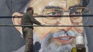 Chân dung giáo chủ Khamenei trên đường phố Teheran (REUTERS)