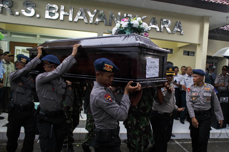 Le corps d'un passager tué lors de la catastrophe -huit corps ont été retrouvés- a été transporté à l'aéroport de Surabaya en Indonésie le 1er janvier 2015.