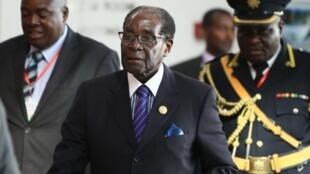 Le président zimbabwéen Robert Mugabe arrivant à la session ordinaire du sommet de l'Union africaine à Addis Abeba, le 31 janvier 2015.