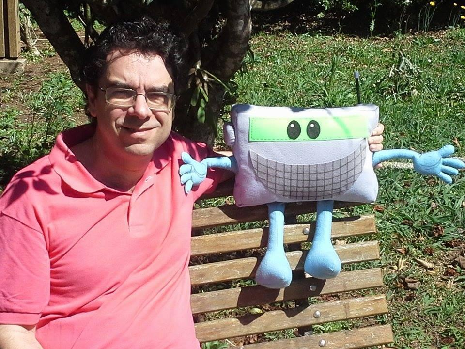 O radioescuta e jornalista Valter Aguiar, ao lado de Sintonildo, o mascote do DX Clube do Brasil, de ondas curtas.