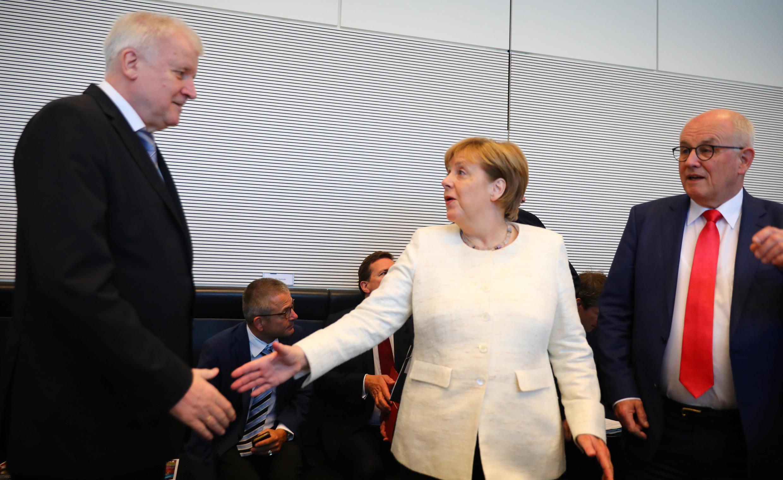 Thủ tướng Đức Angela Merkel và bộ trưởng Nội Vụ Horst Seehofer (T) đến cuộc họp hai đảng CDU và CSU tại Berlin, ngày 3/07/2018.