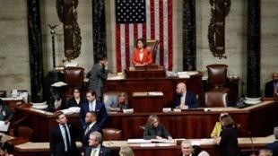 La présidente de la Chambre, Nancy Pelosi, préside le vote sur une résolution qui décrit les prochaines étapes de l'enquête de destitution du président américain Donald Trump, à Washington, le 31 o