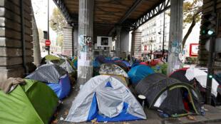 Milhares de migrantes estão acampados nas calçadas do norte de Paris