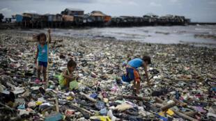 Milhares de crianças morrem de doenças diarreicas, devido à falta de acesso a água potável e meios de higiene e saneamento básico.