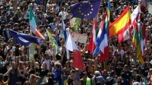 هزاران نفر از تظاهرکنندگان در اعتراض به سیاستهای مخرب تغییرات اقلیمی، در خیابانهای بروکسل پایتخت سیاسی اتحادیۀ اروپا تجمع کرده و شعار دادند. جمعه ٣ خرداد/ ٢٤ مه ٢٠۱٩