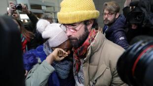 Cedric Herrou é abraçado por migrante após o veredito