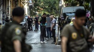 La police se tient en place lors d'une opération d'évacuation de migrants de squats, le 26 août 2019 à Athènes.