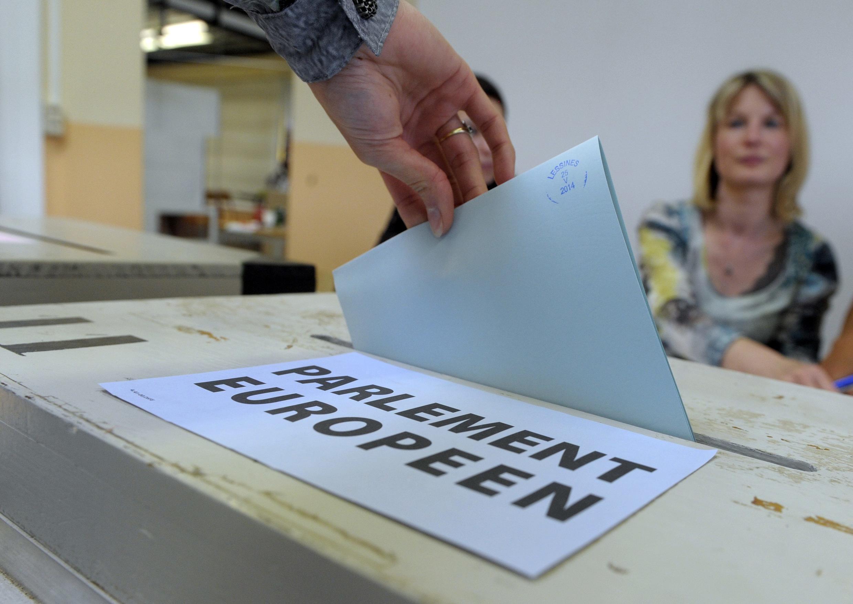 Cử tri Liên Hiệp Châu Âu đi bỏ phiếu bầu Nghị viện vào lúc kinh tế gặp khó khăn, tư tưởng hoài nghi Châu Âu đang trỗi dậy mạnh mẽ. ( Ảnh : Một địa điểm bỏ phiếu tại Bỉ ngày 25/5/2014)