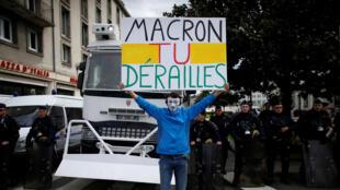 Надпись на плакате: «Макрон, ты сбился с пути». Манифестация против реформы SNCF в Нанте, 14 апреля 2018 года.
