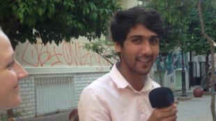 Chérif et Lina aux manettes de leur émission de radio à Athènes.
