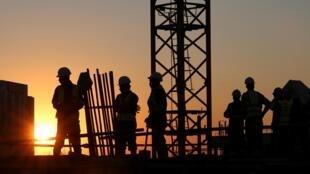 Des ouvriers sur un chantier en construction près de Johannesburg, le 20 juin 2016.