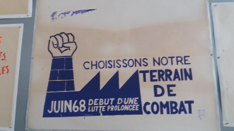 Плакат «Пусть каждый выберет свое поле для сражения» на выставке в Париже