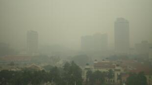 Temperatura terrestre vai subir entre 3 e 5 graus celsius até fim do século. Foto de nuvem de poluição sobre Kuala Lumpur.