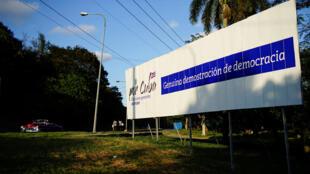 Campagne pour les élections. «Pour les élections générales 2017-2018 à Cuba: véritable démonstration de la démocratie», peut-on lire sur le panneau.