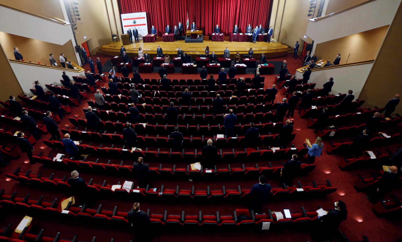 Des parlementaires libanais assistent à une session législative dans le bâtiment du Palais de l'UNESCO à Beyrouth, Liban, le 21 avril 2020.
