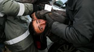 Des policiers interpellent un manifestant pro-colonies lors de l'évacuation d'Amona, le 1er février 2017.