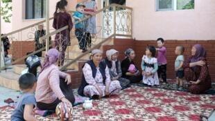 Citoyens kirghizes évacués, le 30 avril 2021, à la suite des combats le long de la frontière controversée devant un hôtel de Batken, le 30 avril 2021.