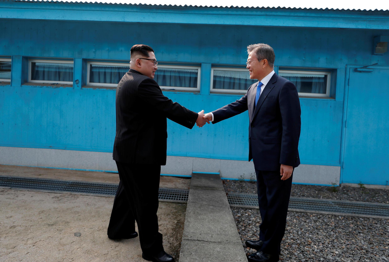 Tổng thống Hàn Quốc Moon Jae In (P) bắt tay lãnh đạo Bắc Triều Tiên Kim Jong Un tại đường phân định hai miền, Bàn Môn Điếm, ngày 27/04/2018